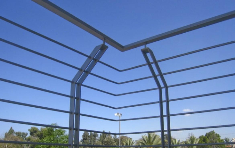 מעקה ברזל למרפסת פינתית