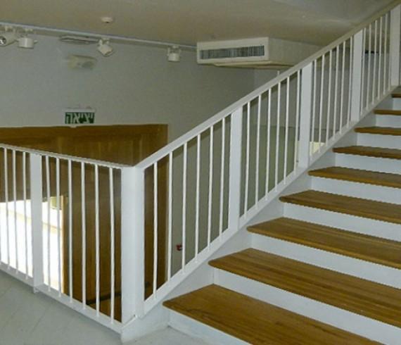 מעקה ברזל - חדר מדרגות